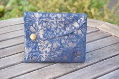 Les Cuirs de lune - Etui Multimédia bleu roi fleurs argentées