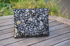 Les Cuirs de lune - Etui Multimédia noir fleurs argentée