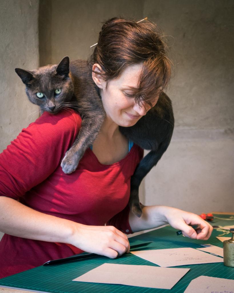 Céline Laroche et son chat à l'atelier